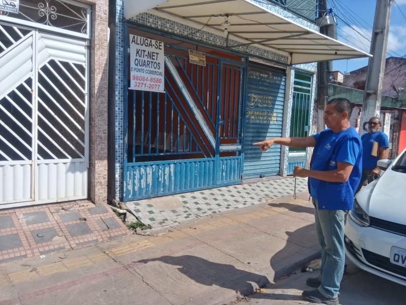Foram encontradas casas avançando sobre o piso tátil das calçadas, infringindo no direito de ir e vir o pedestre