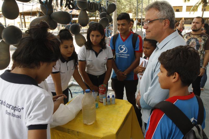 Crianças e adolescentes mostraram seus conhecimentos de química para o prefeito