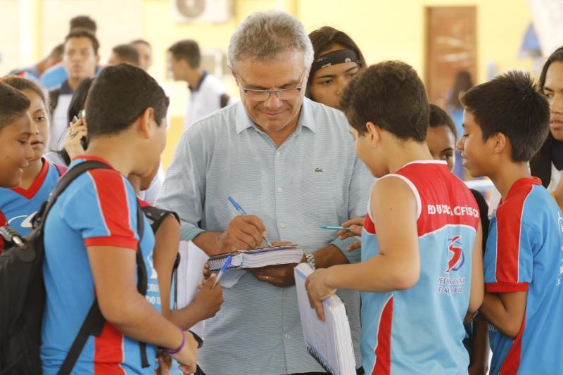 Zenaldo Coutinho foi muito bem recebido pelos alunos, que pediram autógrafos