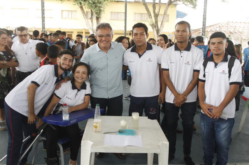 Estudantes aproveitaram para registrar a presença do prefeito na Feira de Química
