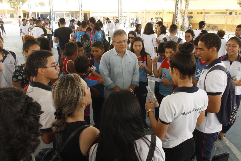 Zenaldo Coutinho ficou encantado com os trabalhos dos alunos da Feira de Química da Escola Salesiana