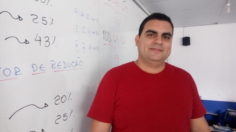 """Eduardo Borges, professor de matemática do cursinho, lista os cinco tópicos que os candidatos devem revisar: """"Geometria, aritmética básica, proporcionalidade, funções, gráficos e tabelas"""""""