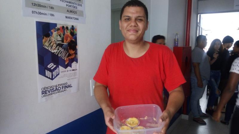 Thiago Costa, de 19 anos, quer cursar Ciências Biológicas. Ele vende empadas no intervalo das aulas para ter dinheiro para o ônibus e continuar frequentando o cursinho.