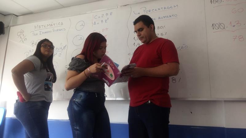 No final das aulas, os alunos sempre aproveitam para tirar dúvidas com o professor.