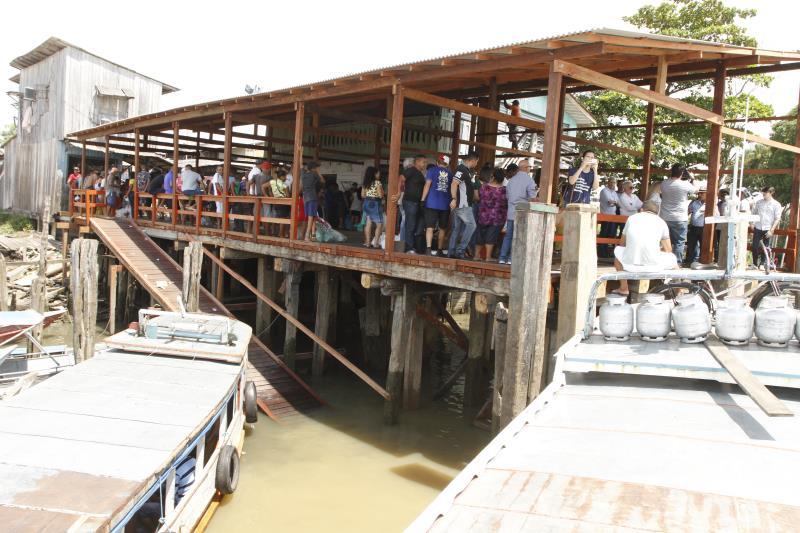 Após a reunião e assinatura da ordem de serviço da obra do trecho da avenida Bernardo Sayão, o prefeito Zenaldo Coutinho vistoriou a obra executada no porto da Palha, também no bairro Condor.
