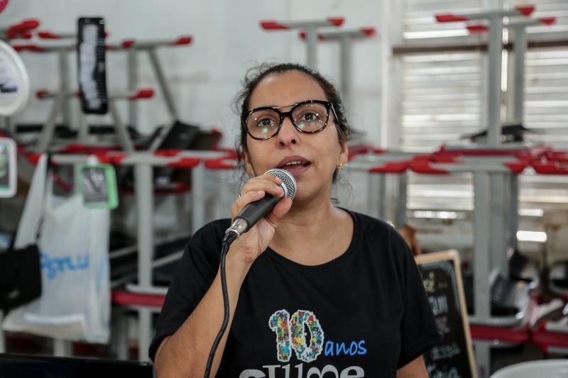 Solange Souza, atua como professora auxiliar da biblioteca, e conta com a participação de 30 alunos leitores.
