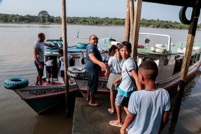 Além das lanchas, a Prefeitura também mantém barcos conveniados para fazer o transporte dos estudantes