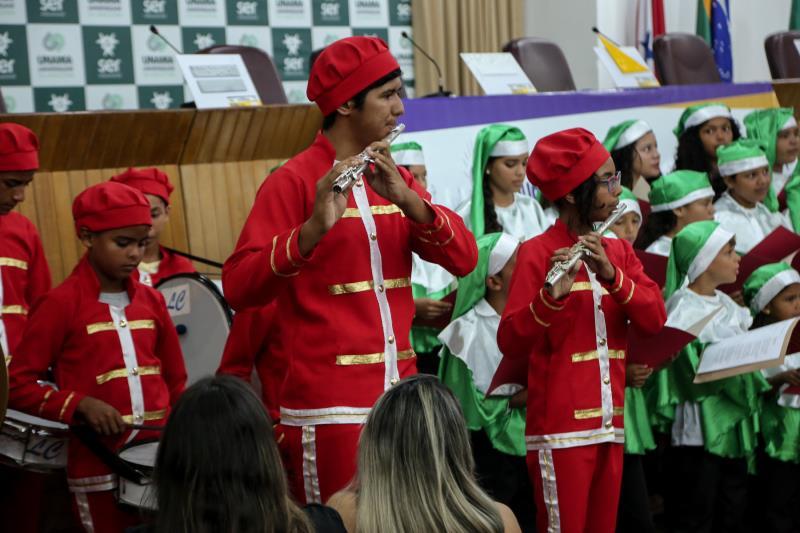 A crianças das escolas municipais se apresentaram ao público, com temas natalinos