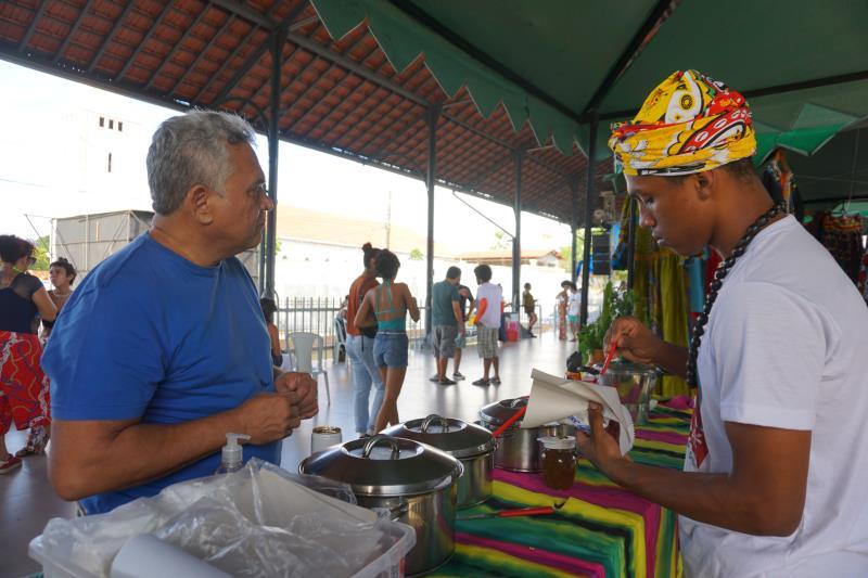 Foram mais de 50 expositores que ofereceram produtos e serviços como trançado afro, vestuário, acessórios, artes gráficas, cosméticos naturais e venda de acarajé