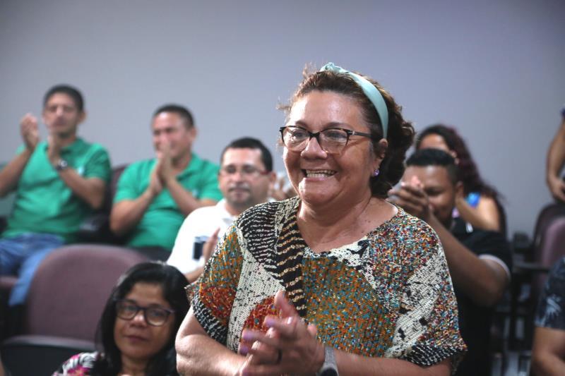 Dona Tereza Malcher comemorou a assinatura da ordem de serviço para as obras de saneamento na rua São José, no Benguí