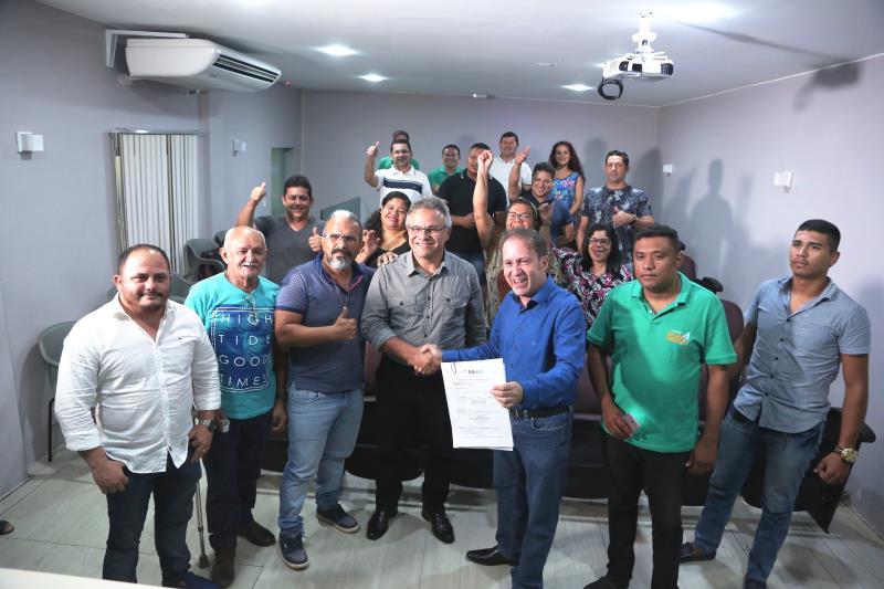 Assinatura da ordem de serviço para obras de saneamento na rua São José, no bairro do Benguí, foi festejada por moradores no Gabinete Municipal