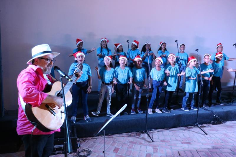 """Crianças do projeto """"Cantar-o-lar"""", da Semec se apresentaram com o músico Salomão Habib no espaço recém-inaugurado"""