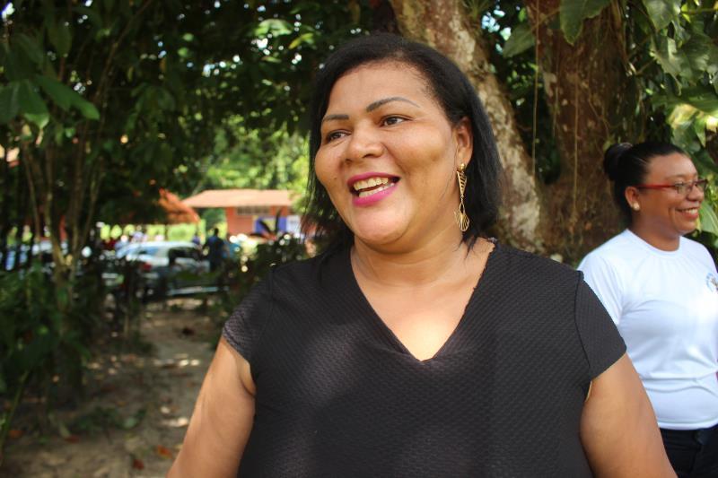 Com 40 anos, a dona de uma barraca, localizada na praia Grande, em Outeiro, Elisângela Santos, comemorou, na manhã desta sexta-feira, 6, a inauguração da Escola Criativa da Gastronomia de Belém, naquele distrito
