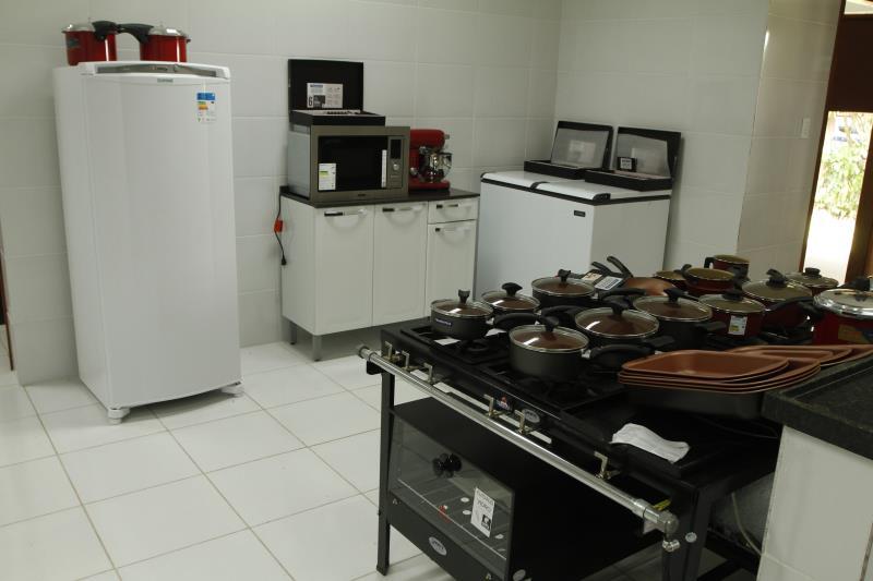 A cozinha da escola possui equipamentos modernos e de primeira linha