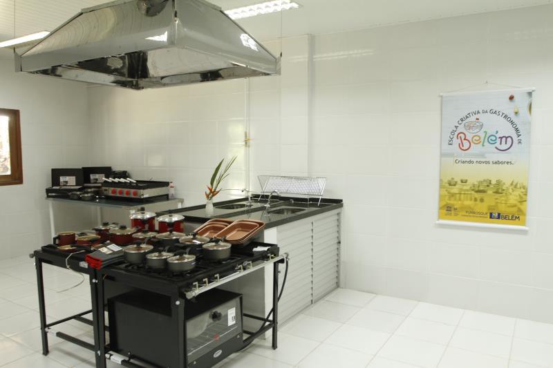 A Escola Criativa da Gastronomia de Belém conta com três salas de aula para 30 e 60 alunos, um laboratório, uma cozinha industrial, um refeitório e três banheiros, sendo um adaptado