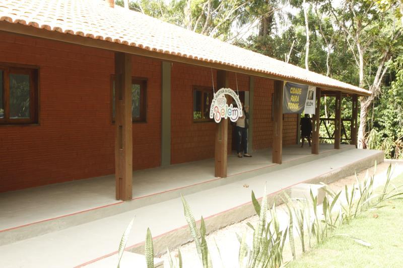 A escola é uma construção nova que fica em meio à natureza da área da Funbosque