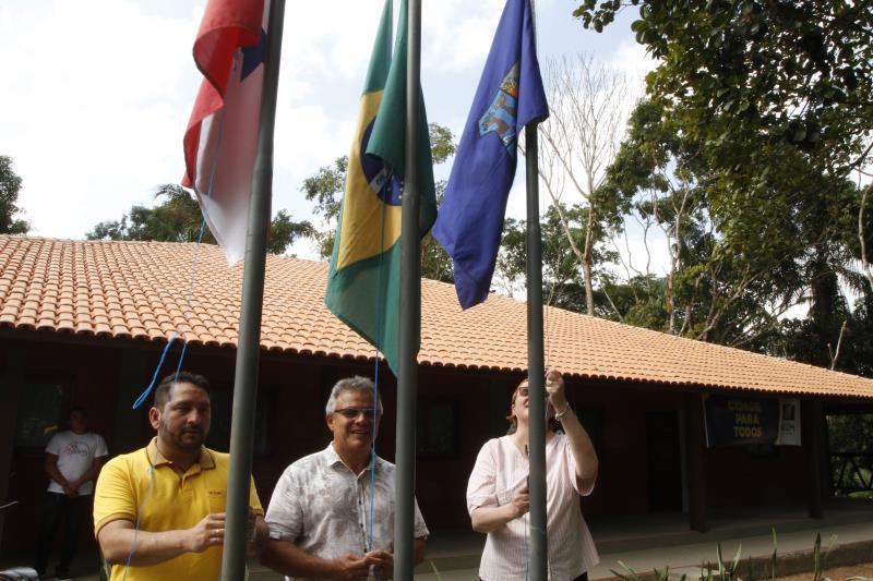 Momento solene do hasteamento das bandeiras, antes da inauguração da escola