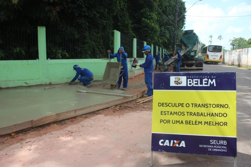 Além das obras de asfaltamento, há também a construção da calçada na rua da Escola Bosque.