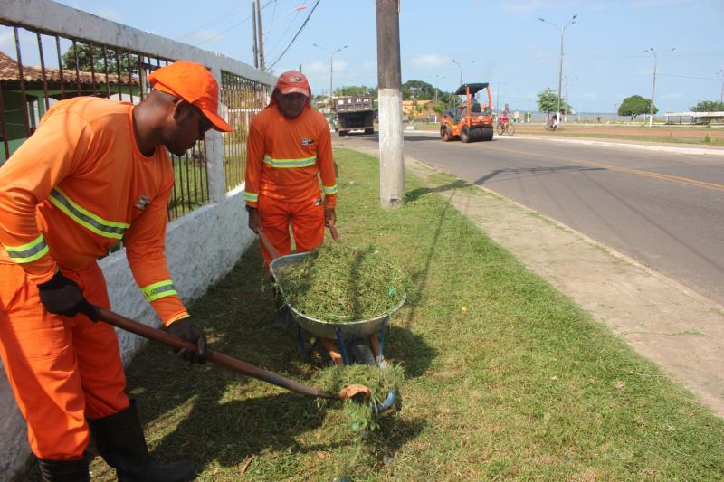 O bairro Água Boa recebeu ações de roçagem, limpeza e recolhimento de entulhos