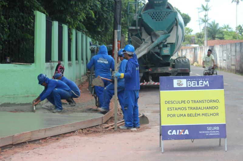 A avenida Nossa Senhora da Conceição, no trecho próximo à Escola Bosque está recebendo o serviço de construção de calçadas