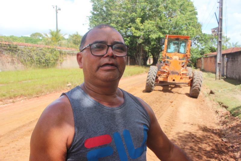 Neldo Silva, de 52 anos, comemorou o serviço de terraplanagem na rua da FAB