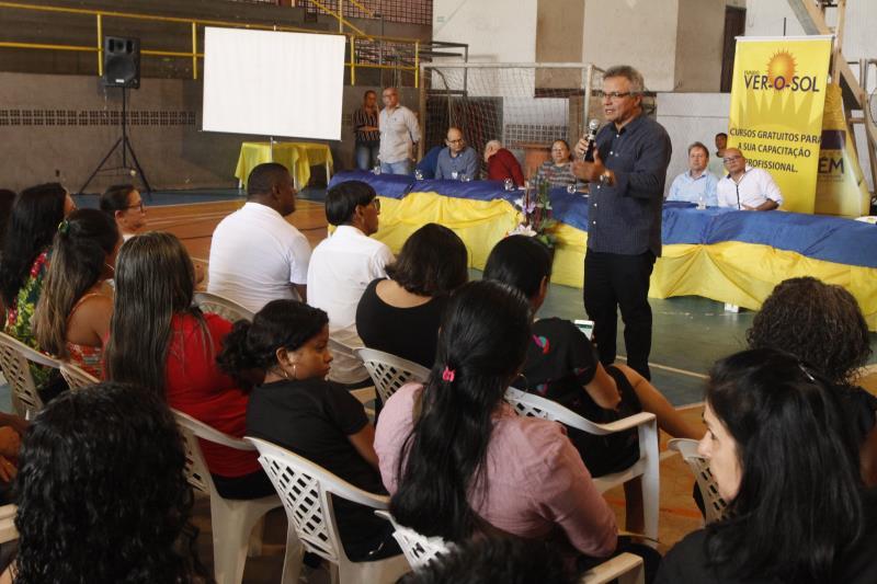 A certificação ocorreu no ginásio Altino Pimenta, onde o prefeito Zenaldo Coutinho comandou a entrega aos concluintes das capacitações em operador de caixa, agente de farmácia, garçom e garçonete, qualidade no atendimento, limpeza e higienização predial e agente de portaria