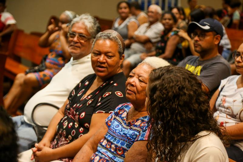 """Ana Vinagre dos Santos, de 72 anos, moradora há 30 anos do Água Cristal, comemorou: """"Isso traz um sossego pra gente, é a certeza de que, finalmente, a casa é minha de fato e de direito"""""""