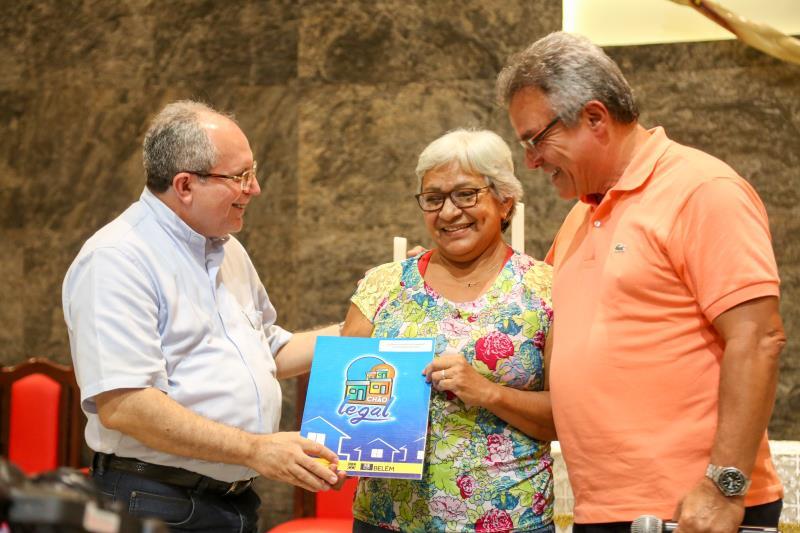 Os certificados entregues nesta quinta-feira, 26, são parte do projeto que deve beneficiar 500 famílias que residem no Água Cristal