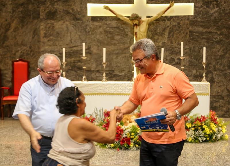 O prefeito Zenaldo Coutinho fez a entrega dos certificados na Paróquia São Geraldo Magela, localizada no conjunto Marex