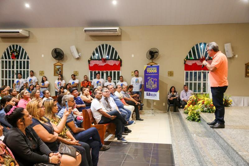 Receberam certificados de posse da terra 176 moradores do Assentamento Água Cristal, do bairro da Marambaia