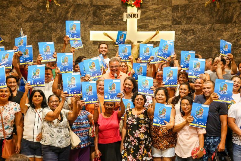 Chefes de família posaram com o prefeito para a foto que marca a maior conquista da área