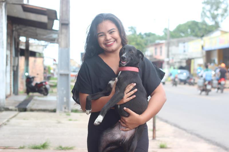 """A universitária Elizandra Pantoja aprovou a novidade. """"Acho muito interessante essa preocupação da Prefeitura em levar os fogos silenciosos. A ação vai beneficiar crianças, idosos e nossos animais domésticos"""", disse, carregando o cão de estimação"""