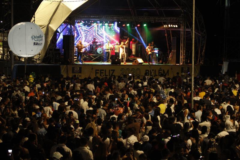 Milhares de pessoas aproveitaram os shows no palco montado no Portal da Amazônia