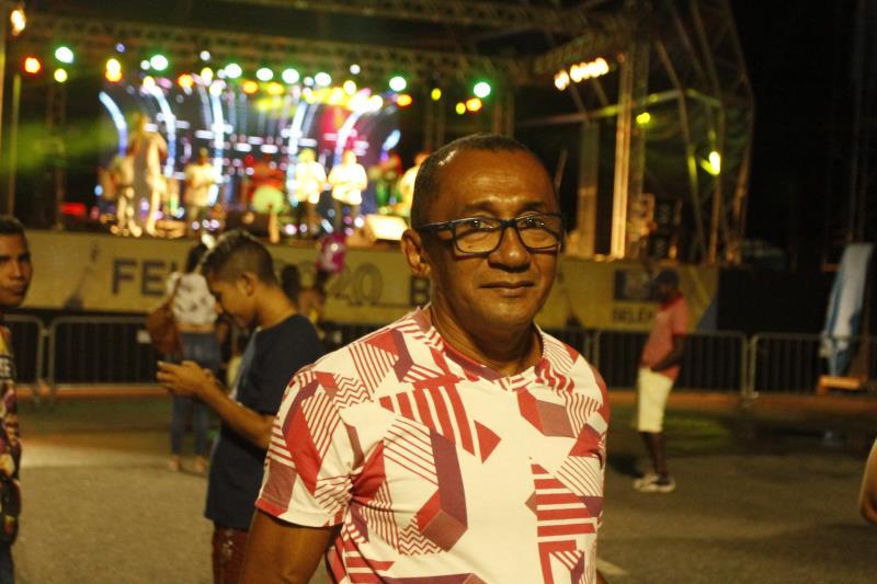 Simão da Mota, de 55 anos, aproveitou o som do grupo de samba, bem próximo ao palco. O  auxiliar de serviços gerais aproveita as programações oferecidas pela Prefeitura de Belém, sempre que pode.