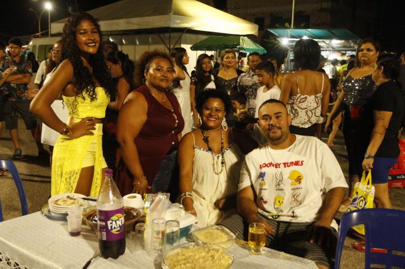 Famílias, vindas de vários bairros de Belém, levaram a ceia de Ano Novo para o Portal da Amazônia