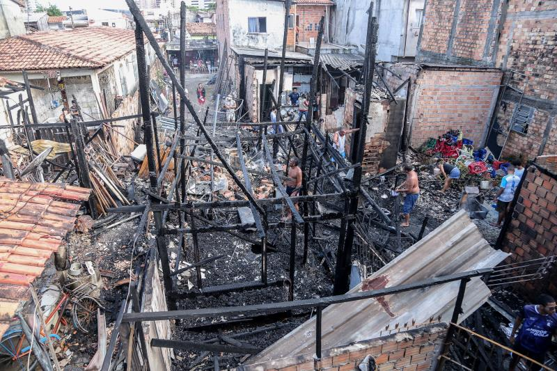 Fogo destruiu completamente pelo menos cinco casas