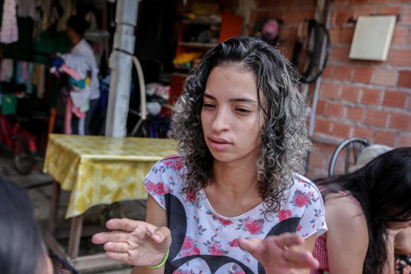 """""""Perdemos tudo, só consegui salvar a minha filha e saí apenas com a roupa do corpo"""", contou a dona de casa Jaqueline Fernandes"""