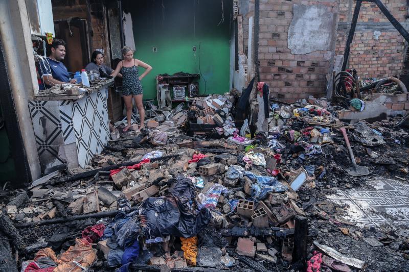 Um incêndio atingiu sete casas de uma comunidade no bairro de Fátima, na rua Diogo Moia, entre as travessas 3 Maio e 14 de Abril