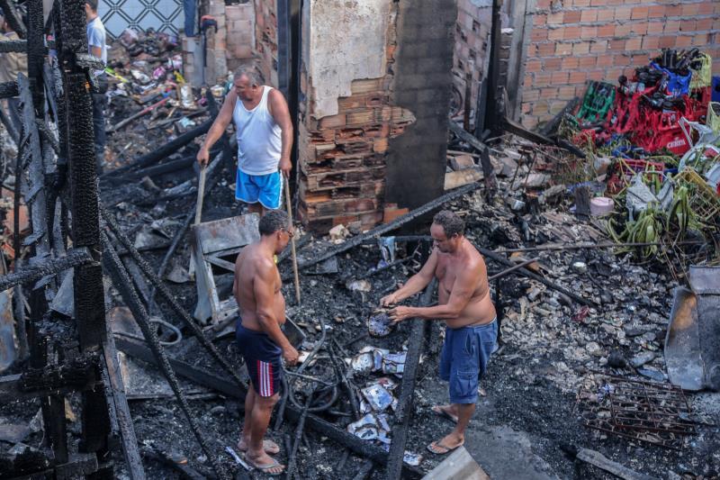 Moradores buscam o que sobrou depois do incêndio