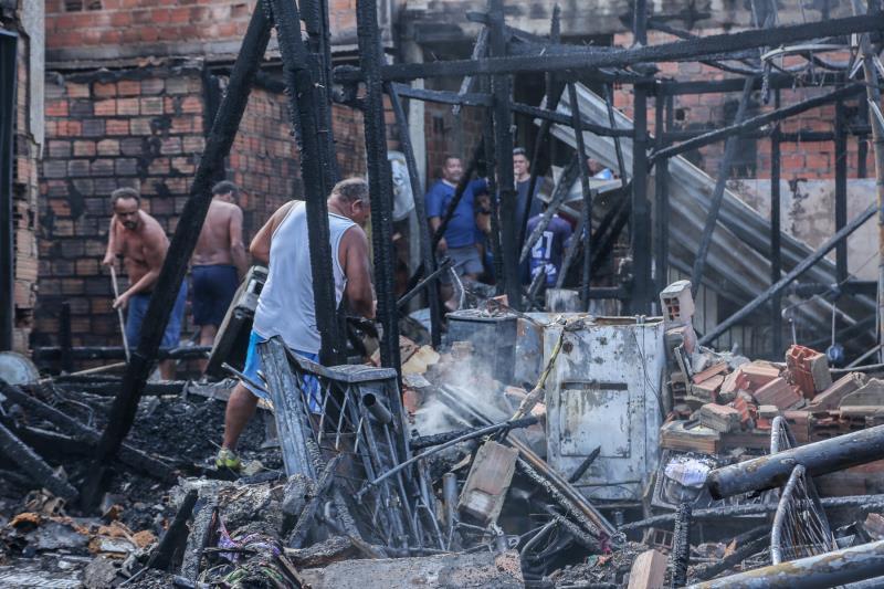 Cinco das sete casas atingidas pelo fogo tiveram perda total