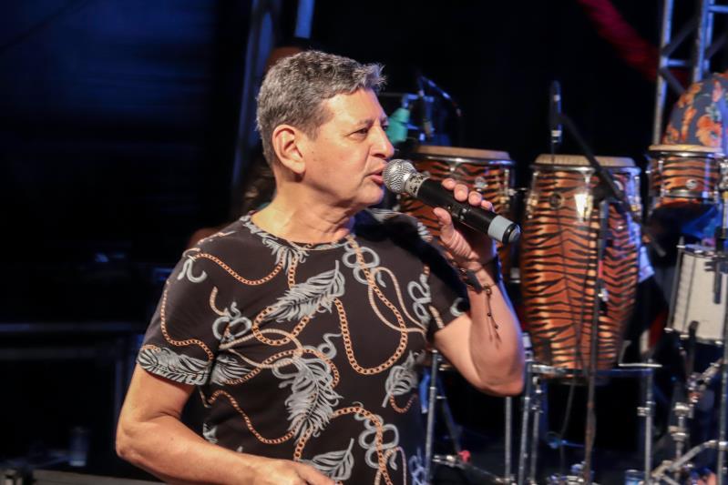 """O cantor paraense Mahrco Monteiro disse """"muito obrigado, Belém"""" aos fãs que resistiram à chuva durante o show deste domingo, 12, no Portal da Amazônia"""