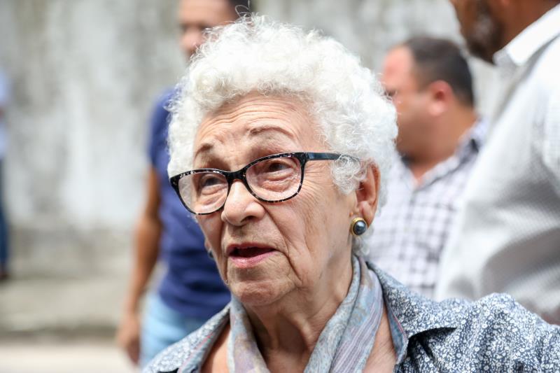 Moradora há 16 anos da passagem, a aposentada Vanilda Fonseca, de 83 anos, não escondia a satisfação de ver a via pavimentada e livre da área irregular de lixo