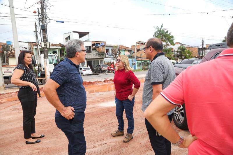 Após a visita nas obras da creche, Zenaldo seguiu para a avenida Bernardo Sayão, onde acompanhou as obras que estão sendo realizadas na calçada em frente à área do antigo Iate Clube