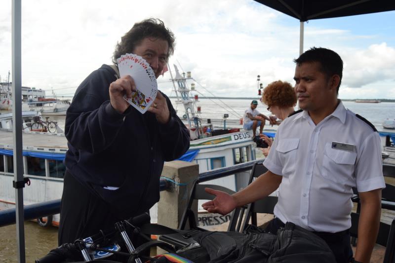 Um dos turistas americanos agradeceu à equipe da Belemtur com um show de mágica