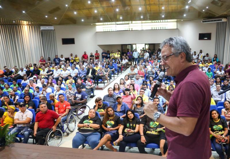 Prefeito Zenaldo Coutinho fala aos convidados durante a inauguração da reforma no auditório José Mariano Klautau, na Escola Bosque