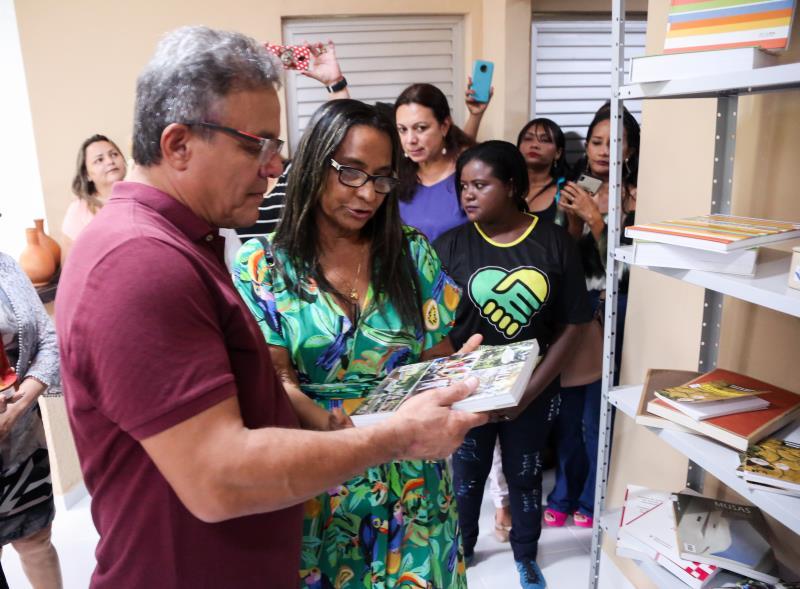 Zenaldo Coutinho conheceu a biblioteca da Escola Bosque, que será utilizada pelos alunos