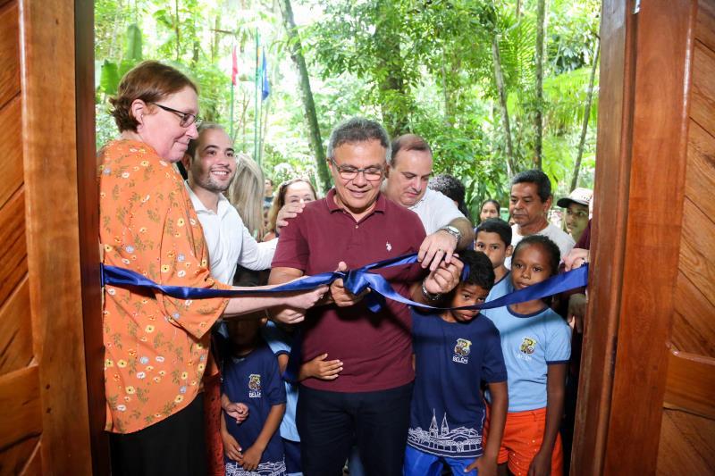 Beatriz Padovani e Zenaldo Coutinho cortaram a fita de inauguração de um dos espaços reformados da Escola Bosque