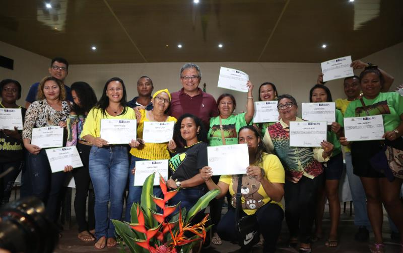 O prefeito Zenaldo Coutinho entregou, juntamente com equipe da Prefeitura de Belém e autoridades, 203 certificados de participação no curso Básico de Informática a alunos da região das ilhas