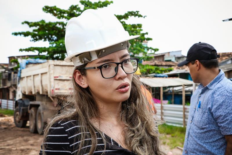 """""""Com a obra, vamos conseguir dar funcionalidade para a água que fica parada nesses trechos, com isso a água terá condição de chegar ao canal da rua dos Caripunas"""", explicou a engenharia responsável pela obra, Beatriz Souza"""