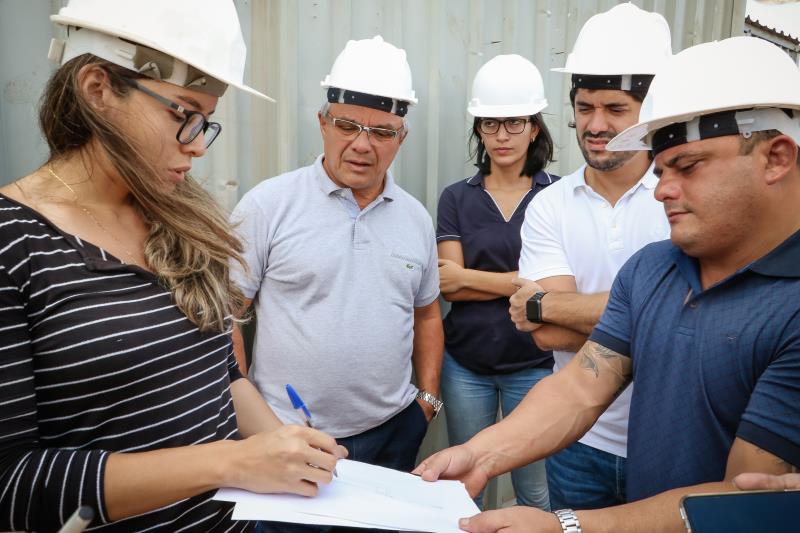 A engenharia responsável pela obra, Beatriz Souza, explica detalhes do trabalho ao prefeito Zenaldo Coutinho e a secretários municipais